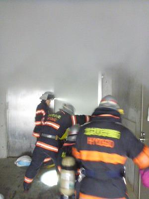 屋内進入する消防隊
