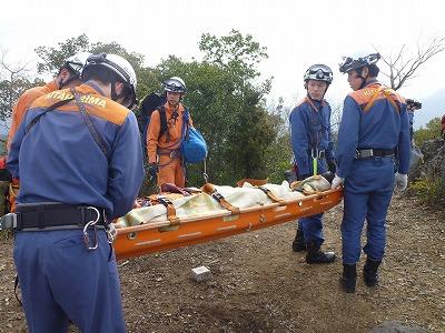 船形担架に収容した要救助者を安全に搬送する隊員
