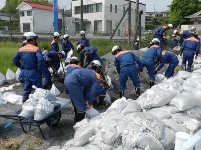任務を分担し、効率よく土のう作成をする職員