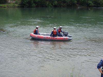 船外機を取り付けたボートの操作訓練