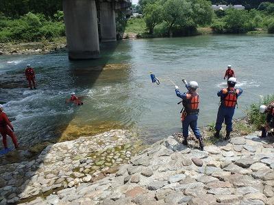 ロープを収納したバッグを投げ入れ、要救助者に掴んでもらう救助方法(スローバックレスキュー)
