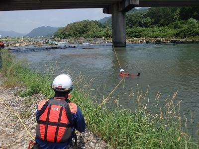 ロープを斜めに張り、上流から流れてくる要救助者を助ける救助方法(テンションダイアゴナル)