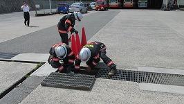 側溝に対し危険物流出防止活動の実施