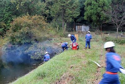 ため池から小型ポンプによる吸水