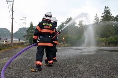 消防署員の放水