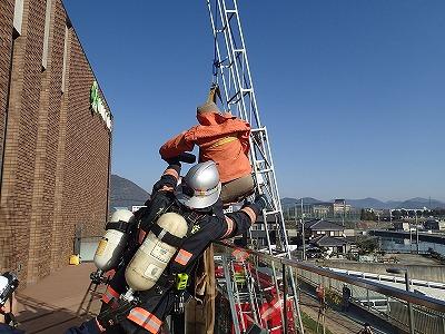要救助者を三連はしごにて救出