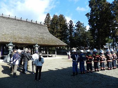 訓練の講評及び文化財の説明を聞く職員及び付近住民(兵主神社)