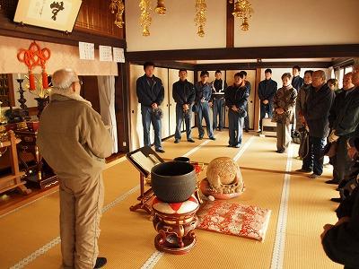訓練の講評及び文化財の説明を聞く職員及び付近住民(西光禅寺)