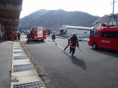 消防隊員が建物内部へホース延長