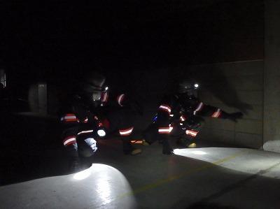 要救助者を助けるため、検索活動を行う消防隊員