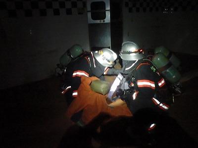 建物内に取り残された要救助者を救出する消防隊員