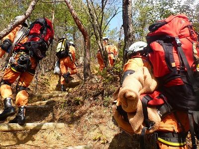 必要な山岳救助資器材を手分けして搬送する隊員