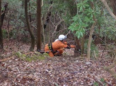 滑落した要救助者を救出するため、早期に進入し安全確保を行う隊員