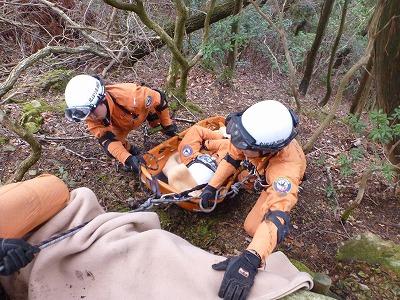滑落した要救助者を登山道まで救出する隊員