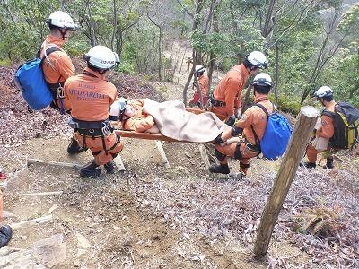 山の頂上から麓まで要救助者を搬送する隊員
