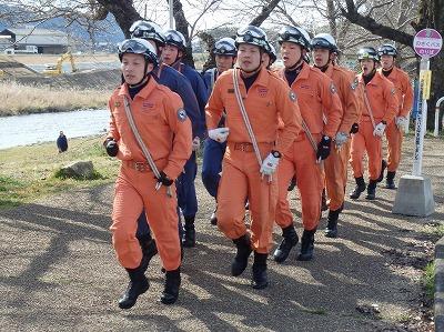 隊列を組み、歩調を合わせて走る隊員たち