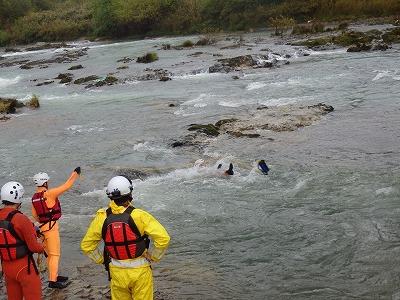 ロープを投げ、要救助者に掴んでもらう救出方法 (スローバックレスキュー)