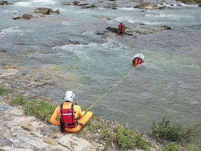 ロープを斜めに張り、上流から流れてくる要救助者を救出する方法 (テンションダイヤゴナル)