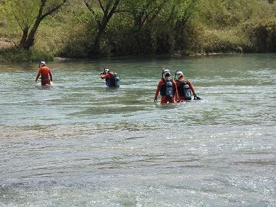 水中検索訓練に向かう隊員