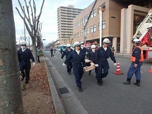 西脇警察署員による負傷者搬送の状況