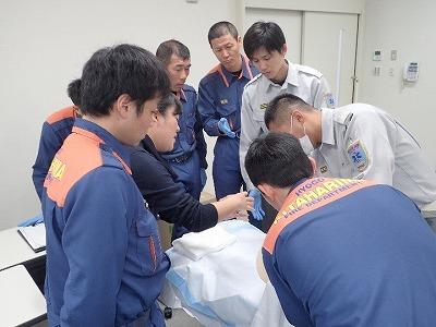 分娩介助実技指導を受ける多可消防署員