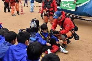 兵庫県防災航空隊隊員による資機材展示