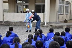 西脇東中学校生による初期消火訓練の様子