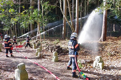 消防隊による放水訓練