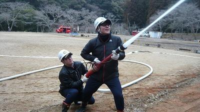 消防団員による放水活動①