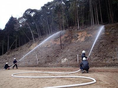 消防団員による放水活動②