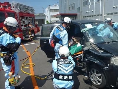 車内に取り残された傷病者を救出する救助隊