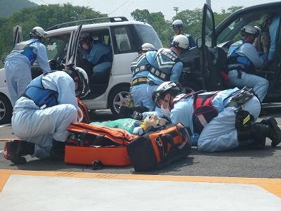 車外に救出された傷病者を処置する救急隊