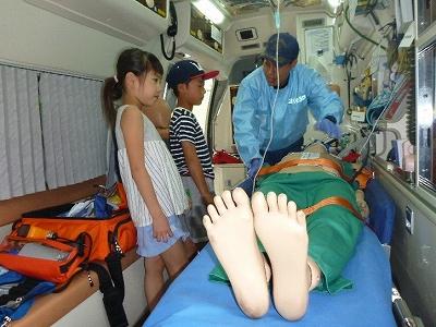 救急車内の説明を受ける子供たち