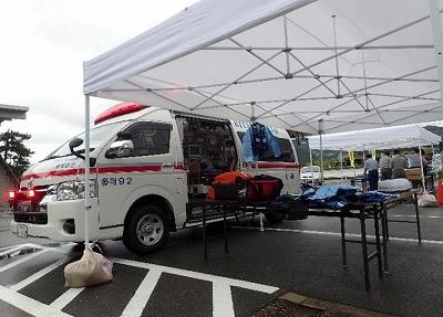 救急車と資機材を展示しました