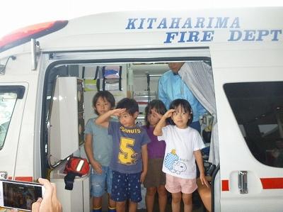 救急車で記念撮影をする子供たち