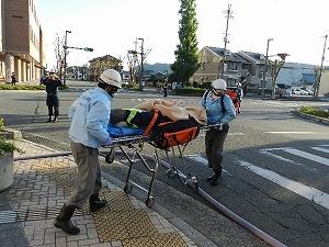 負傷者を搬送