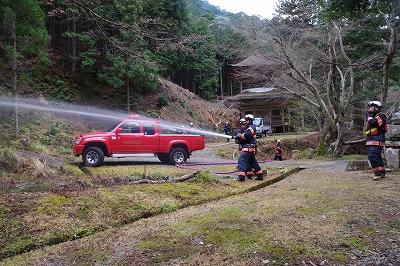 消防隊による消防訓練(荘林山荘厳寺)