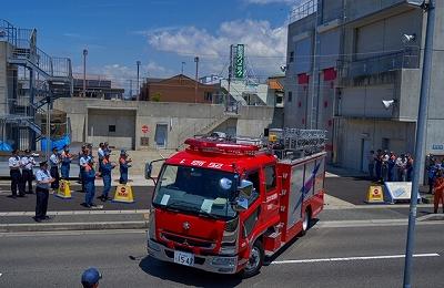 明石市消防局を出発する派遣隊員