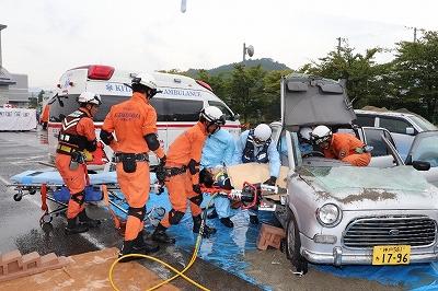 救助隊、救急隊による車内要救助者救出訓練