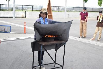 天ぷら油火災時の消火体験の様子