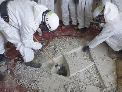 ハンマーを使用しコンクリートを破壊!!