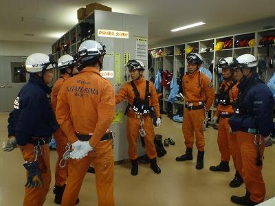 訓練想定を聞いた後、出動準備室で資器材等を指示している様子