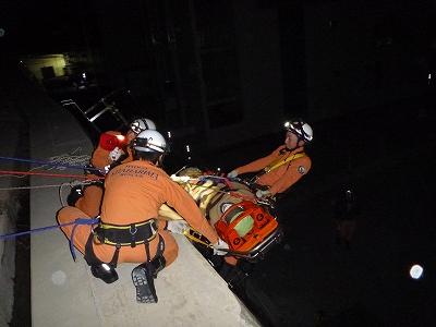 滑落した要救助者を引揚げている様子