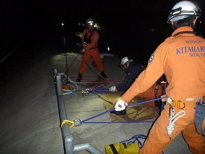 ザイル(山岳用のロープ)を使用し、要救助者と隊員を引揚げている様子