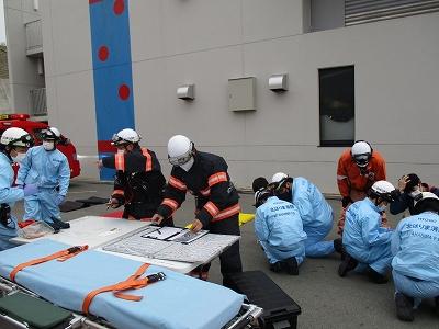 一次トリアージを実施する救急隊と情報を集める指揮隊