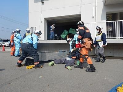救出活動を行う救助隊