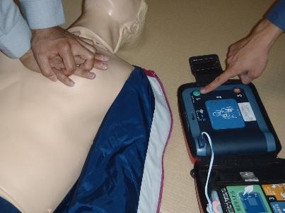 1.AEDの電源を入れる
