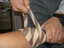 ハンカチの上からネクタイの太い端から強く巻いていきます。