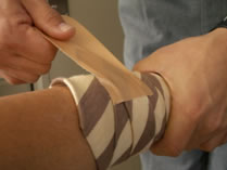 ネクタイの細い端にガムテープを張り、緩まないように貼り付けます